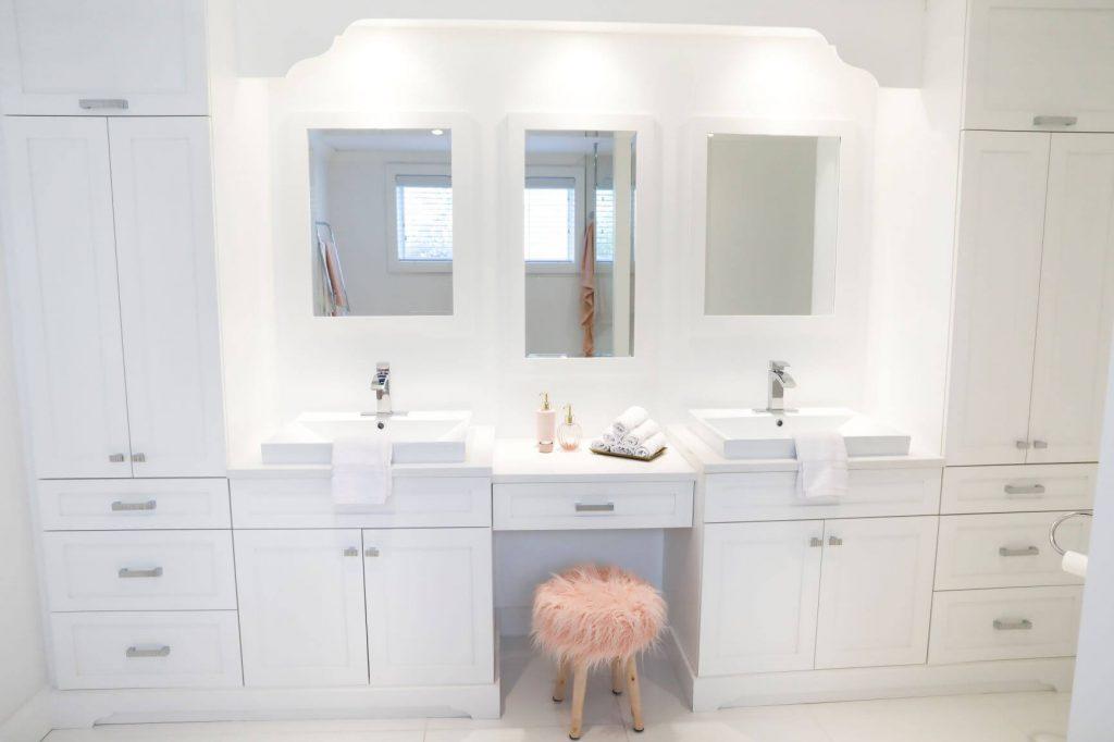 Salle de bain classique blanche